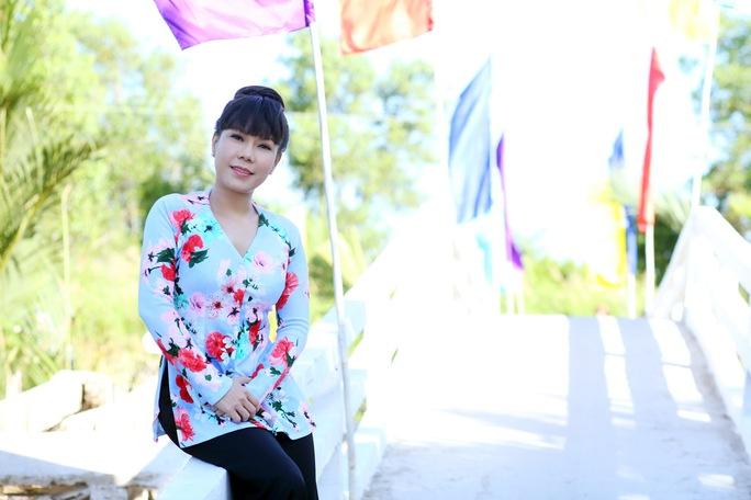 Việt Hương vui khi thấy cầu bê-tông kiên cố