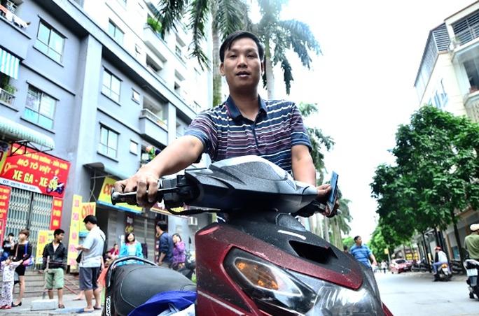 """Anh Lâm (36 tuổi, sinh sống tại tòa nhà CT4B) cho biết: """"May mắn chiếc xe của mình không bị sao, chỉ bị ám màu đen chút thôi"""""""