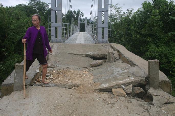 Mới quan sát, không ai nghĩ cây cầu vừa được khánh thành bởi phần mặt đường được làm bằng bê-tông ngay sát trụ cầu bị sụt xuống gần nửa mét trông rất phản cảm