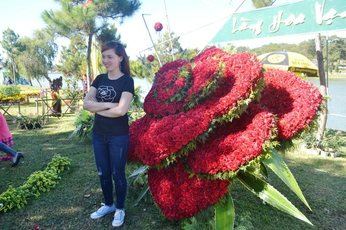 Thích thú với bông hồng nhung khổng lồ