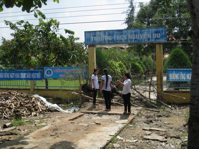 Học sinh Trường THCS Nguyễn Du phải nghỉ học do không thể vào trường
