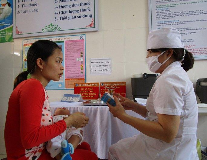 Tư vấn tiêm chủng trước khi chích ngừa vắc-xin cho trẻ Ảnh: NGỌC DUNG