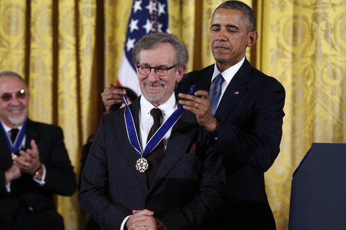 Steven Spielberg, 68 tuổi, đạo diễn lừng danh nhận huân chương từ ông Obama