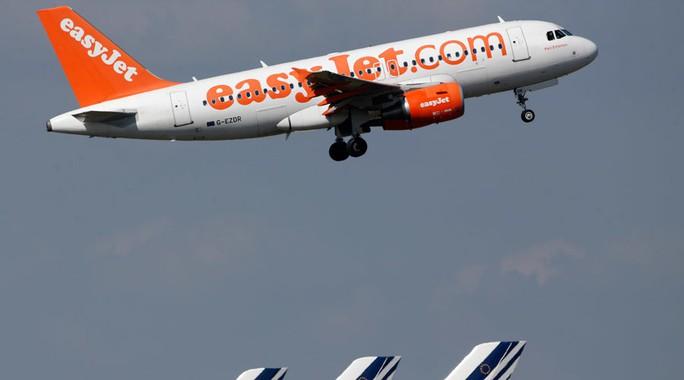 Một chiếc máy bay thuộc hãng hàng không EasyJet hạ cánh vì trường hợp cấp cứu trên máy bay. Ảnh: Reuters