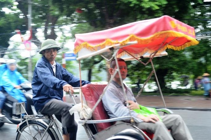Lạnh kèm theo mưa cũng gây nhiều khó khăn cho người lao động tại Hà Nội