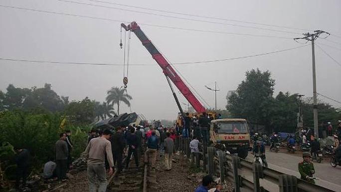 Tông xe tải đi trăm mét, đầu tàu hỏa bật khỏi đường ray