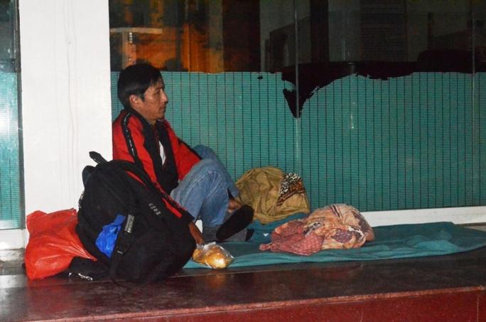 Nhiệt độ xuống thấp kèm theo mưa khiến nhiều người vô gia cư tại Hà Nội càng thêm cơ cực