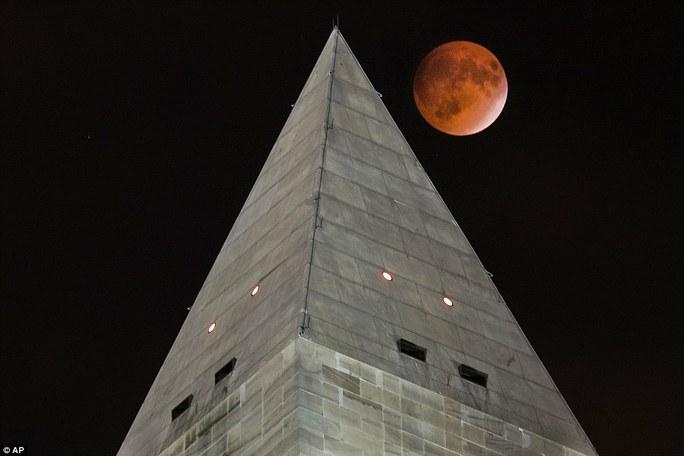 Trăng đỏ mọc trên Đài tưởng niệm Washington đêm chủ nhật khiến những người yêu thiên văn mãn nhãn