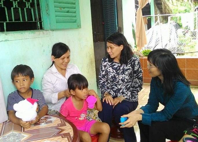 Lãnh đạo LĐLĐ TP HCM và Quỹ CEP thăm gia đình chị Lê Ngọc Linh
