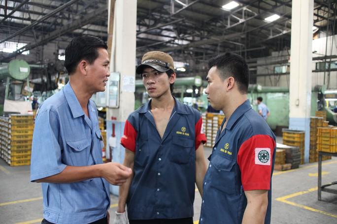 Ông Huỳnh Tấn Tài (bìa trái), Chủ tịch CĐ Công ty Hong Ik Vina - KCX Tân Thuận (TP HCM), thăm hỏi công nhân Ảnh: HỒNG ĐÀO