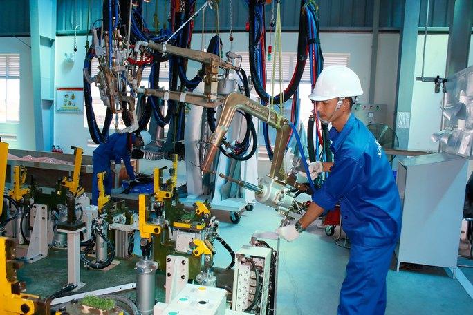 Công nhân Nhà máy Ô tô thương mại SAMCO được tuyển dụng và đào tạo bài bản để có thể tiếp cận công nghệ hiện đại Ảnh: VĨNH TÙNG