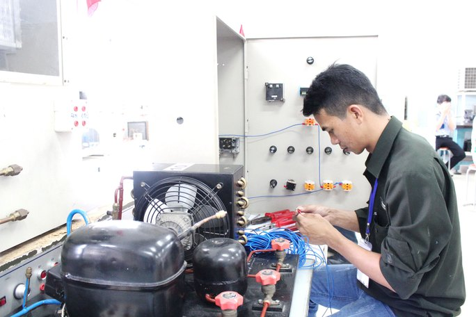 """Thí sinh thi thực hành lắp ráp mạch điện kho lạnh tại hội thi """"Bàn tay vàng"""" nghề điện lạnh cấp TP"""