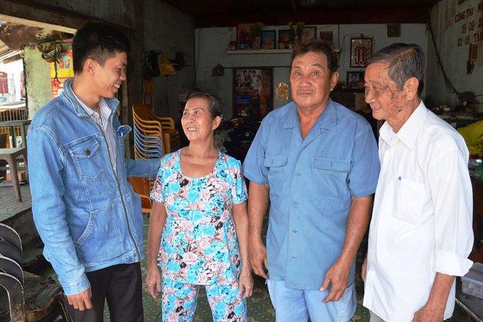 Anh Lê Vĩnh Toàn (bìa trái) - nhân viên Chi nhánh CEP quận 8, TP HCM - đến thăm hỏi gia đình một thành viên