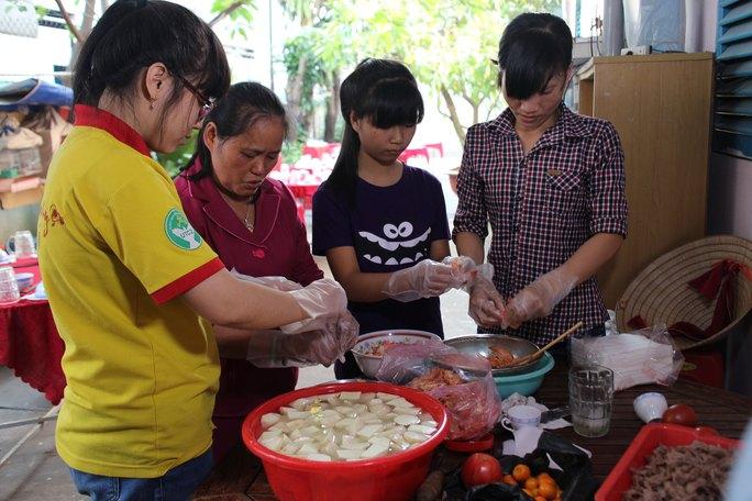 Bà chủ nhà trọ Lê Thị Thanh Hoa (thứ hai từ trái sang) cùng công nhân chuẩn bị tiệc tất niên trong dịp Tết Ất Mùi