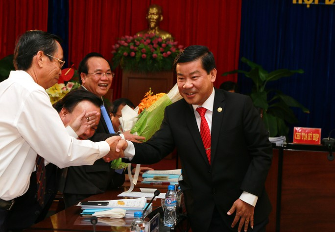 Các cán bộ tỉnh chúc mừng ông Trần Thanh Liêm (bìa phải) làm Chủ tịch tỉnh