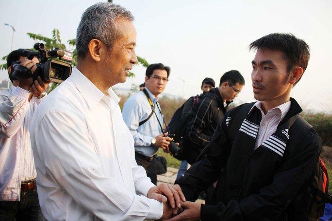 Chủ tịch Tổng LĐLĐ Việt Nam Đặng Ngọc Tùng thăm hỏi công nhân về quê ăn Tết Ảnh: HOÀNG TRIỀU