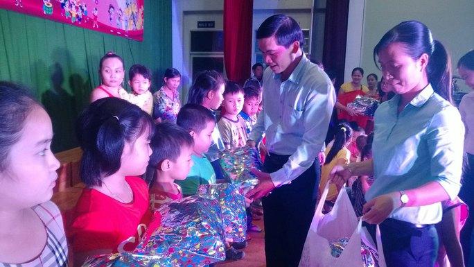 Ông Nguyễn Ngọc Bảo, Trưởng ban Tuyên giáo LĐLĐ TP HCM tặng quà cho con CNVC-LĐ khó khăn