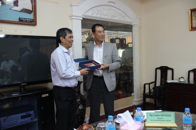 Ông Nguyễn Văn Khải (bìa trái), Phó Chủ tịch Thường trực LĐLĐ TP HCM, trao quà lưu niệm cho đoàn Tổng Công đoàn Nhật Bản