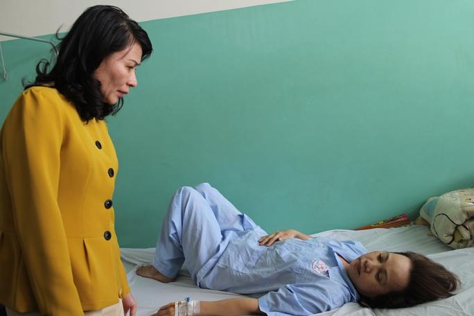 Bà Nguyễn Thị Thu, Chủ tịch LĐLĐ TP HCM, thăm hỏi chị Lê Thị Cúc đang điều trị tại bệnh viện