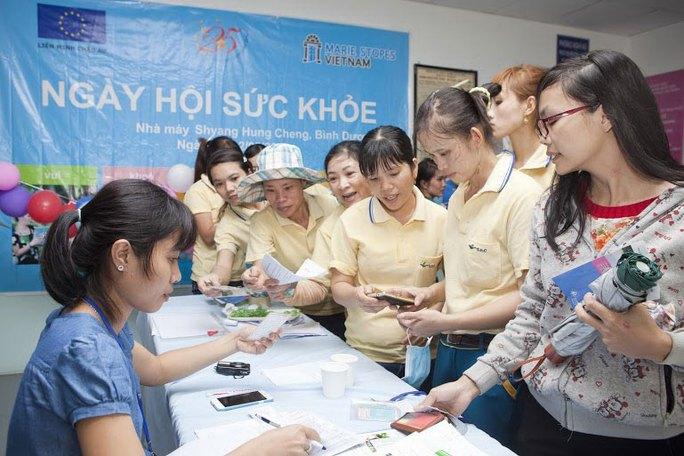 Công nhân được tiếp cận thông tin về chăm sóc sức khỏe sinh sản từ dự án Tin-ảnh: H.Đào