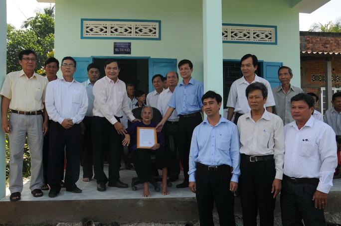 Đại diện EVNSPC và chính quyền địa phương tại lễ trao tặng nhà tình nghĩacho các mẹ Việt Nam anh hùng