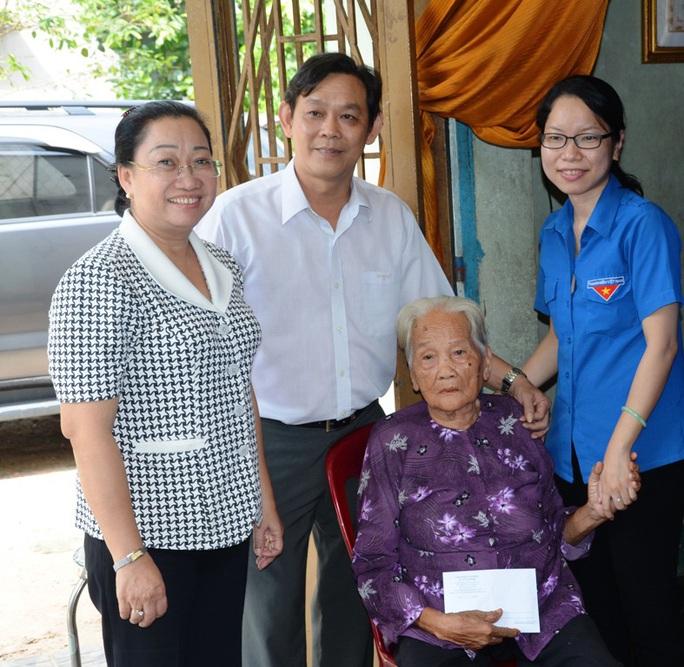 Đại diện Công đoàn các cơ quan LĐLĐ TP HCM, Đoàn cơ quan LĐLĐ TP thăm hỏi sức khỏe mẹ Việt Nam anh hùng Nguyễn Thị Khen