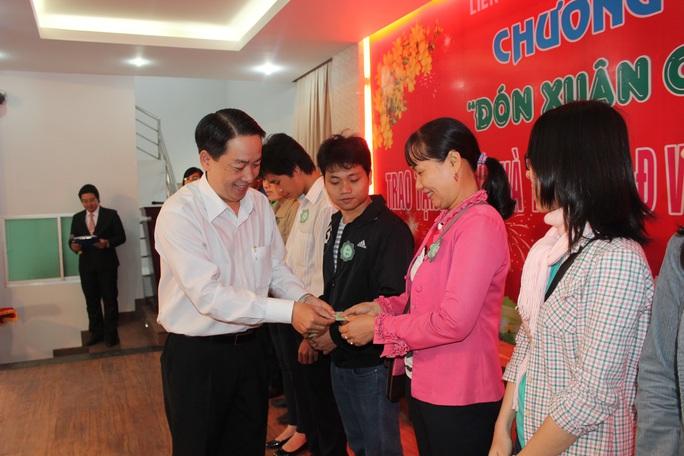 Ông Kiều Ngọc Vũ, Phó Chủ tịch LĐLĐ TP HCM, trao vé xe cho CNVC-LĐ quận Bình Thạnh