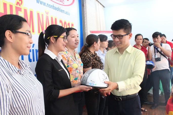 Ông Nguyễn Mai Huy, Phó Ban Tuyên giáo LĐLĐ TP HCM, tặng mũ bảo hiểm cho hội viên