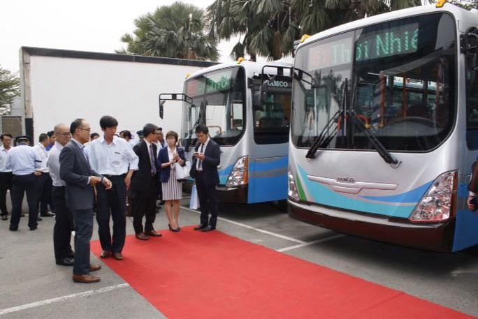 Quan khách tham quan dòng sản phẩm xe buýt CNG do SAMCO sản xuất