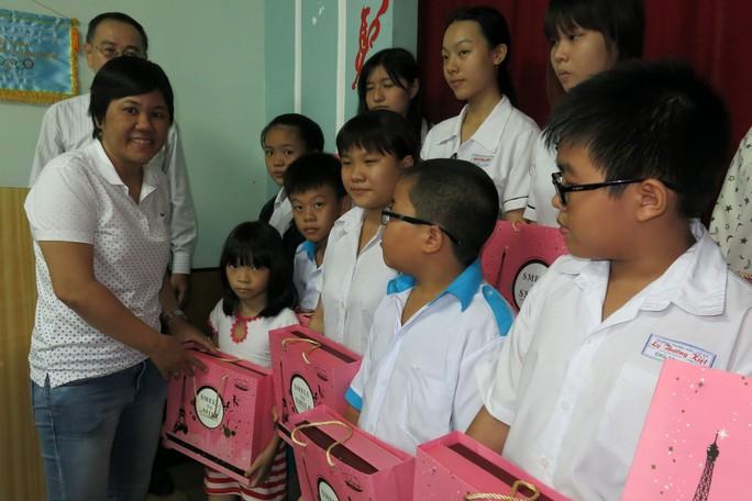 Đại diện Công ty TNHH MTV Thực phẩm Bình Vinh Sài Gòn tặng bánh trung thu cho trẻ em nghèo