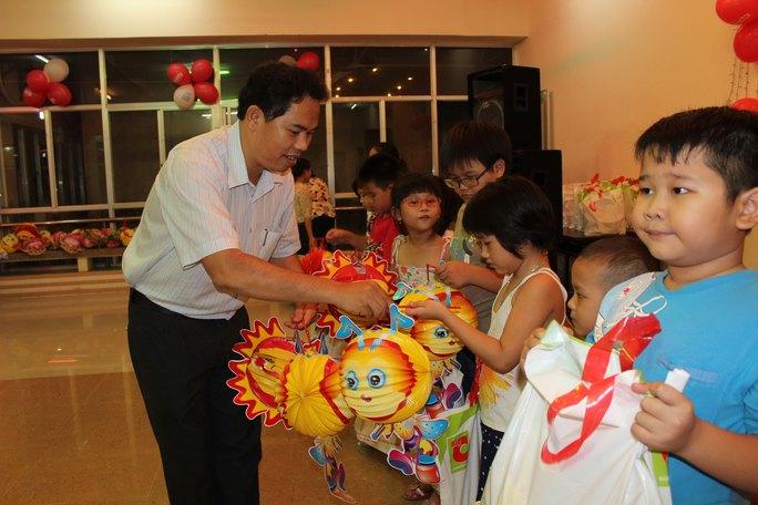 Ông Giang Văn Nam, Chủ tịch LĐLĐ quận Gò Vấp, tặng lồng đèn cho thiếu nhi Ảnh: THANH NGA
