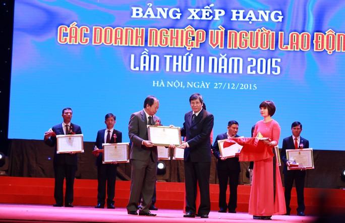 Ông Trần Thanh Hải (bìa phải), Phó Chủ tịch Thường trực Tổng LĐLĐ Việt Nam, tặng bằng khen cho các doanh nghiệp tiêu biểu