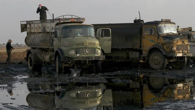 Xe chở dầu ở gần mỏ dầu Qamshli, Đông Bắc Syria. Ảnh minh họa: Reuters