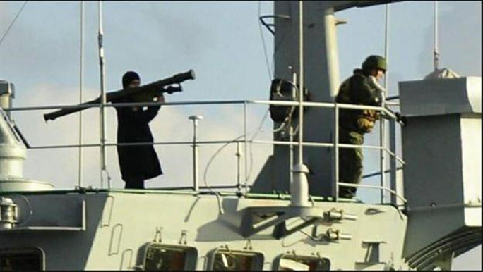Binh sĩ Nga vác súng phóng rốc-két trên tàu Ceasar Konikov. Ảnh: Hurriyet