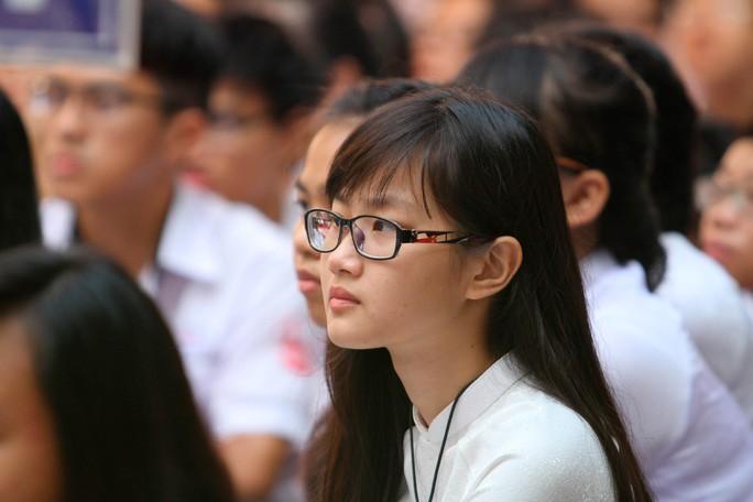 Nữ sinh Gia Định rạng rỡ trong ngày khai giảng