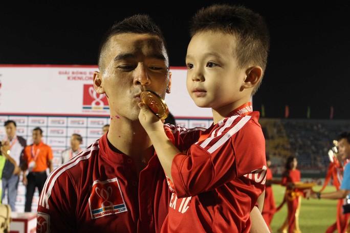 Đặng Văn Robert cùng con trai