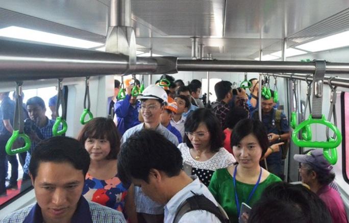 Rất nhiều người dân Thủ đô đã leo lên để cảm nhận về đoàn tàu sắt trên cao đầu tiên tại Việt Nam