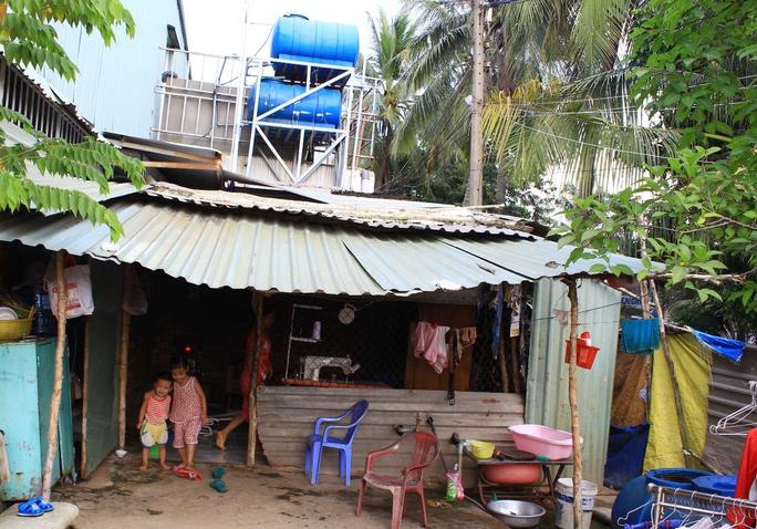 Bồn nước đặt trên khung sắt sát mái tôn một nhà dân trên đường Kha Vạn Cân, phường Hiệp Bình Chánh, quận Thủ Đức, TP HCM Ảnh: Sỹ Đông