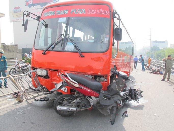 Hiện trường vụ tai nạn ngày 9-9 tại cầu vượt Cây Gõ làm 1 người chết, 8 bị thương Ảnh: PHẠM DŨNG