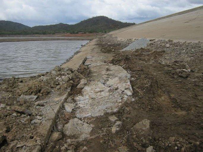 Mái đập hạ lưu hồ Lanh Ra (xã Phước Sơn, huyện Ninh Phước, tỉnh Ninh Thuận) bị sạt lở Ảnh: LÊ TRƯỜNG