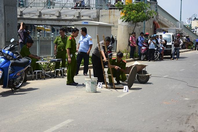 Ngày 13-5, trên bờ kênh Tân Hóa - Lò Gốm (quận 6, TP HCM) từng xảy ra vụ nổ từ hố ga khiến một công nhân nhập viện