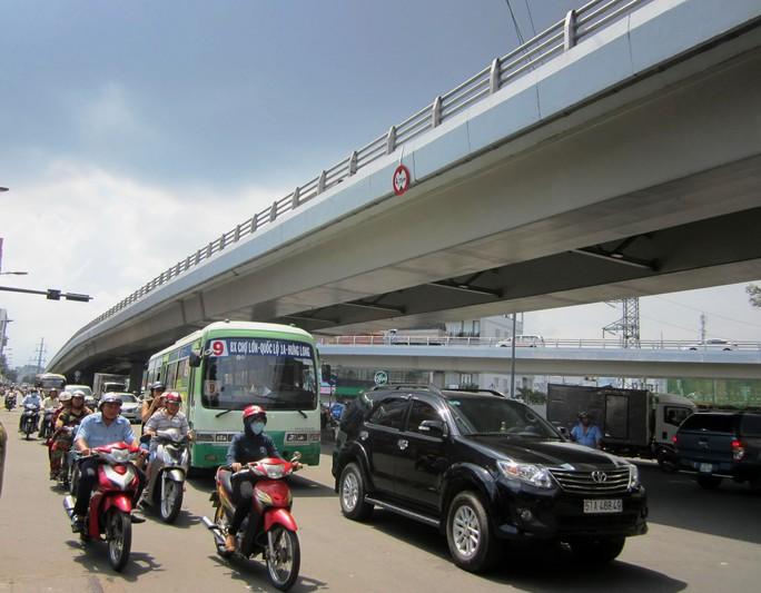 Chiều cao của cầu vượt Cây Gõ là 4,75 m nhưng thành cầu khá thấp.Ảnh: GIA MINH