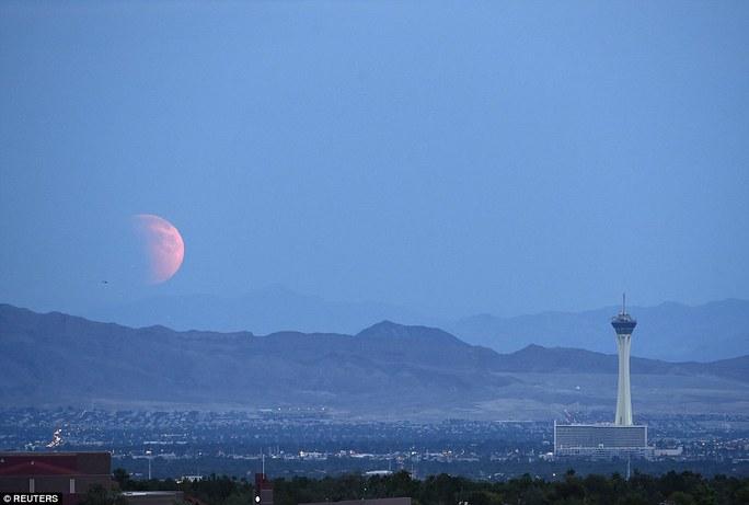 Trăng máu ở Las Vegas, Nevada - Mỹ vào sáng sớm 28-9