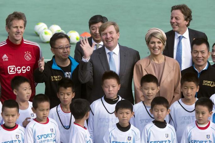Quốc vương Willem-Alexander và Hoàng hậu Maxima tham gia sự kiện tại một trường học ở Bắc Kinh. Ảnh: AP