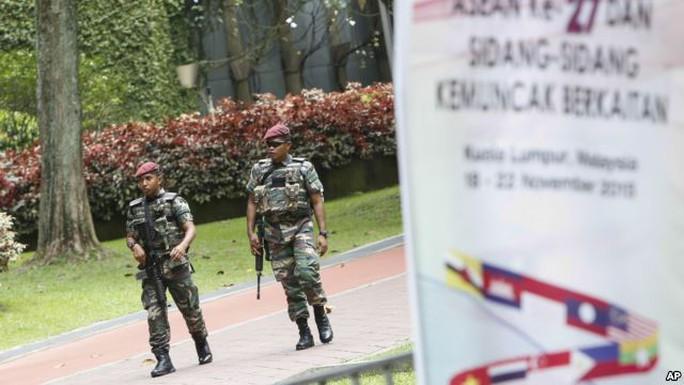 Lực lượng an ninh tuần tra bên ngoài khu vực diễn ra hội nghị ASEAN. Ảnh: AP