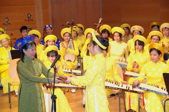 GS - nhạc sĩ Phương Oanh (trái) và các học trò tại Trường Âm nhạc dân tộc Phượng Ca do bà lập nên ở Pháp