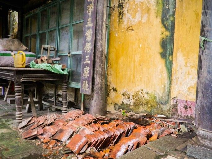Ngói âm dương bị rơi vỡ được các sư thầy chất đống phía sau chánh điện