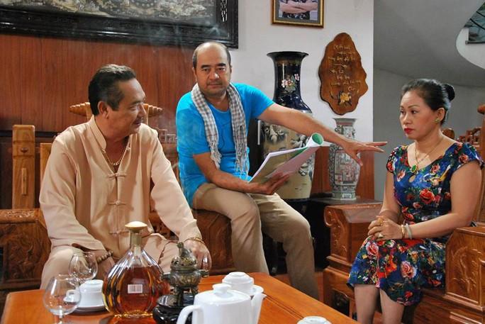 Đạo diễn Nhâm Minh Hiền chỉ đạo diễn xuất trên trường quay. (Ảnh do nhân vật cung cấp)