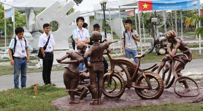 """Các sinh viên của Trường ĐH Bách khoa TP HCM thích thú ngắm tác phẩm """"Niềm vui"""" của điêu khắc gia Trần Mai Hữu Quý"""