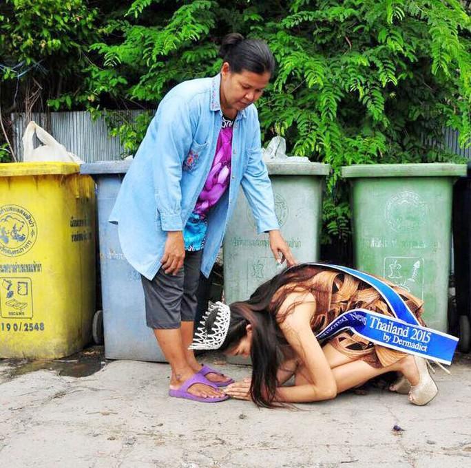 Tấm hình gây xúc động người xem của hoa hậu Thái Lan Ảnh: INTERNET